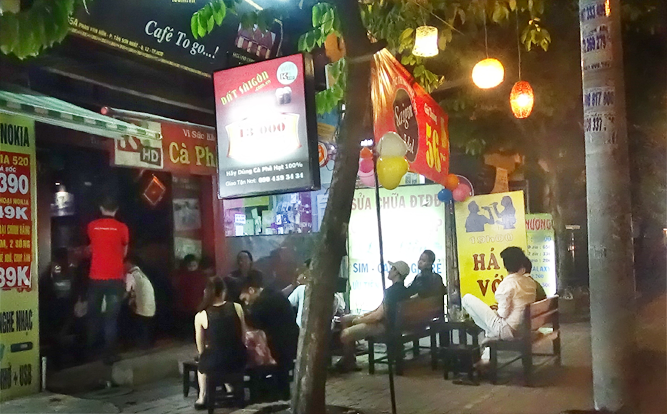 hinh-anh-quan-cafe-65A-phan-van-hon-quan-cafe-ghe-go.png
