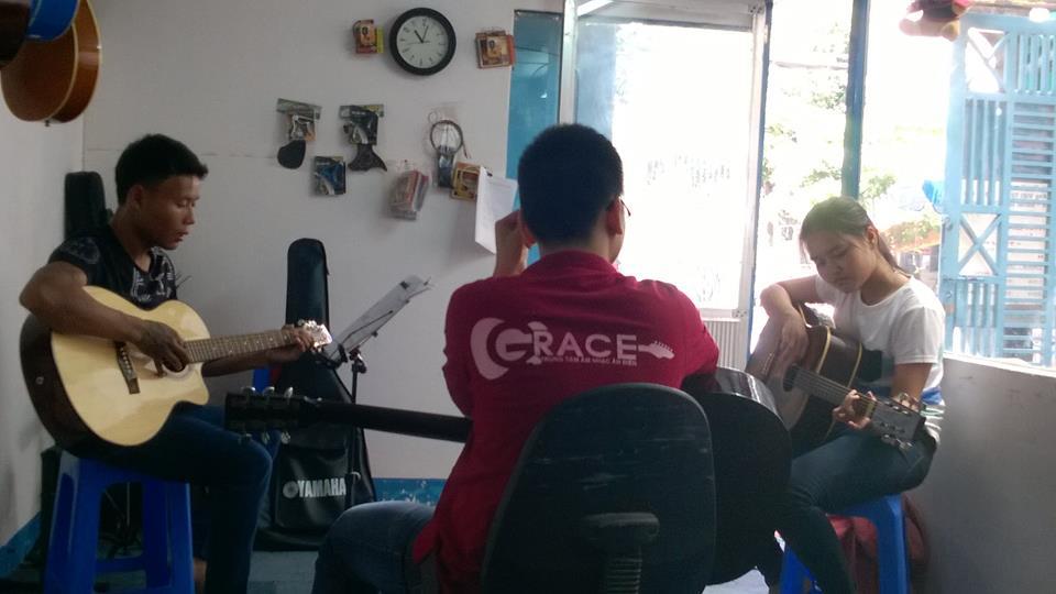 Khóa học đàn guitar giá rẻ ở tphcm 1.jpg