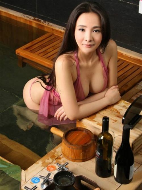 Hình Can Lộ Lộ khỏa thân cùng chiếc áo tắm tím và nước