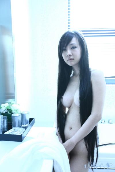 Can Lộ Lộ trần truồng cực kỳ quyền rũ sexy với tóc