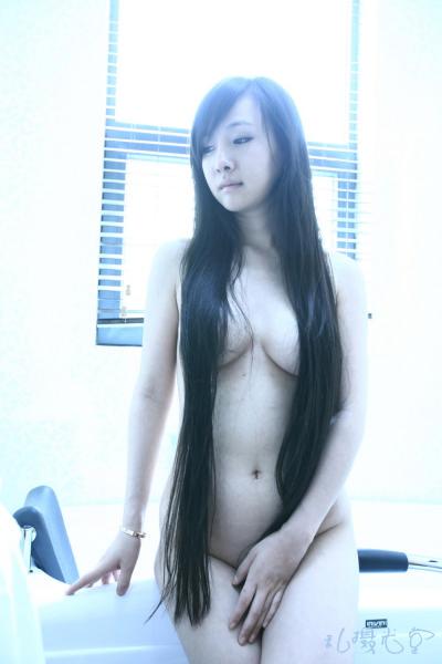 Can Lộ Lộ khỏa thân với mái tóc dài