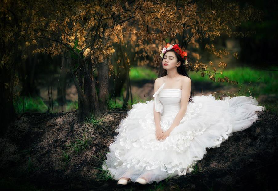 Cô nàng Lê Thị Mỹ Linh xinh tươi bên thảm cỏ trong truyện cổ tích