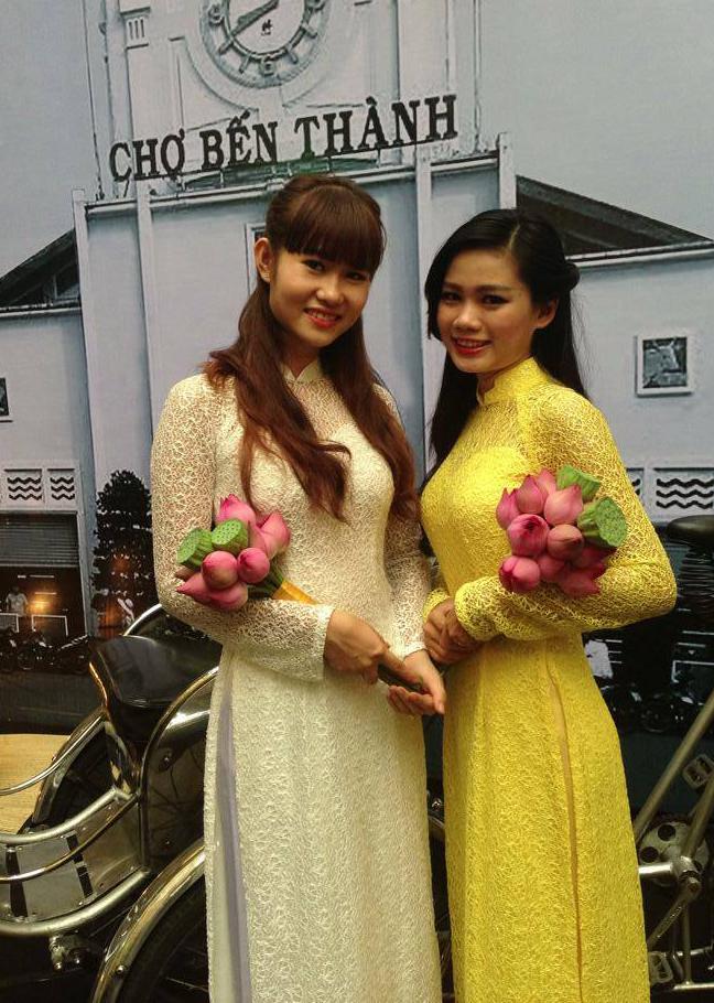 Lê Thị Mỹ Linh xinh tươi cùng những đóa hoa sen Việt Nam