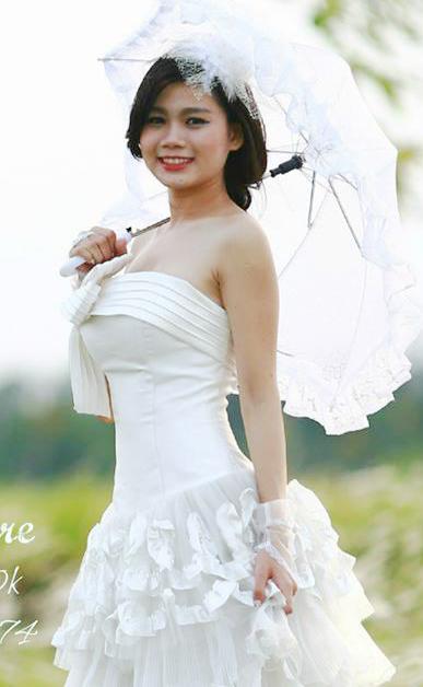 Lê Thị Mỹ Linh học Đại Học Hùng Vương xinh tươi cùng cây dù