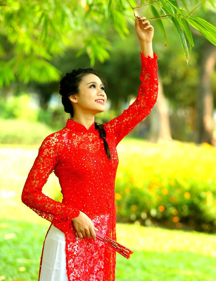 Lê Thị Mỹ Linh xinh đẹp trong tà áo dài Việt Nam màu đỏ
