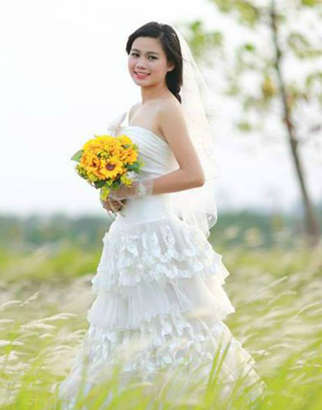 Lê Thị Mỹ Linh học Đại Học Hùng Vương xinh tươi cùng những đóa hoa