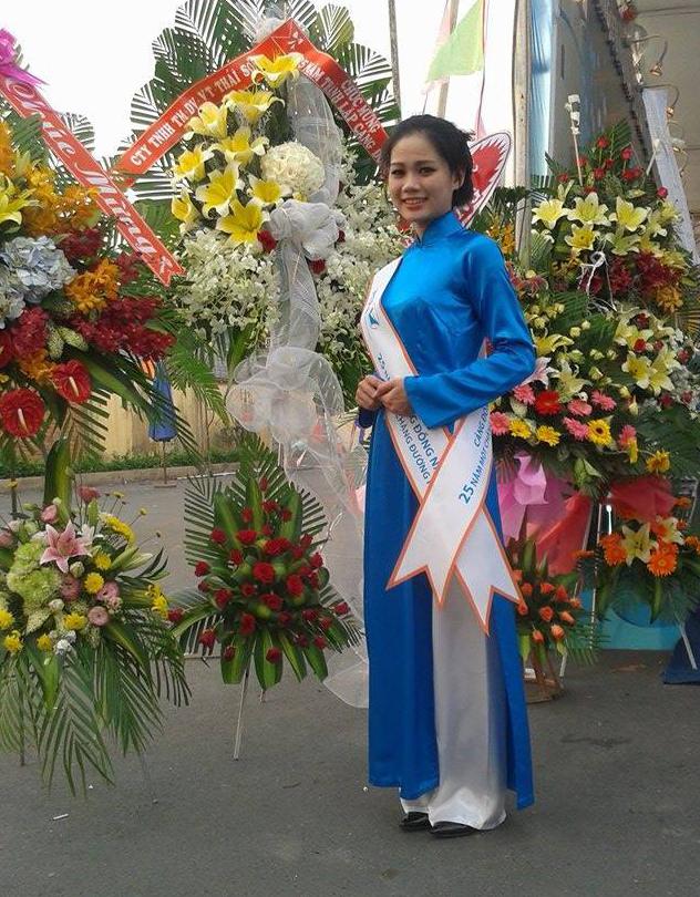 Lê Thị Mỹ Linh trong trang phục áo dài xanh xinh đẹp