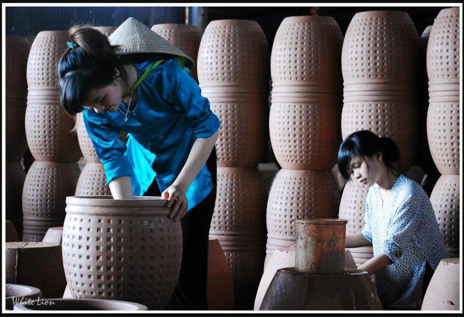 Lê Thị Mỹ Linh trong làng gốm
