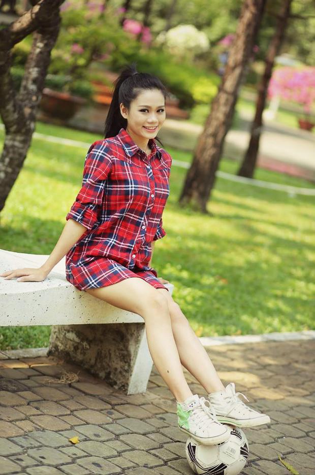 Lê Thị Mỹ Linh cùng trái bóng xinh đẹp trong bộ áo caro đỏ