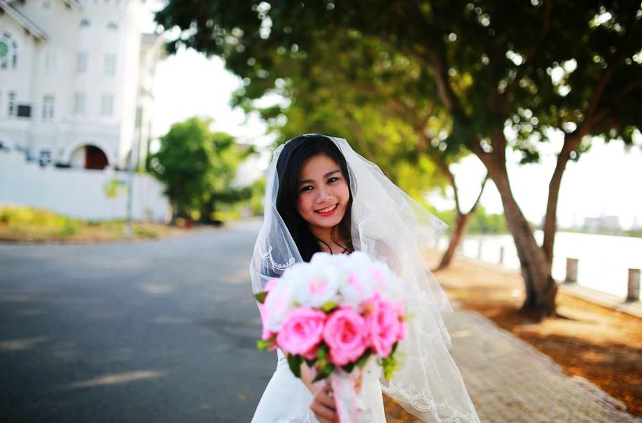 Lê Thị Mỹ Linh xinh đẹp trong tà áo trắng